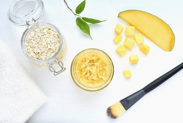 Domowa maska do twarzy z mango i owsa, naturalne kosmetyki.