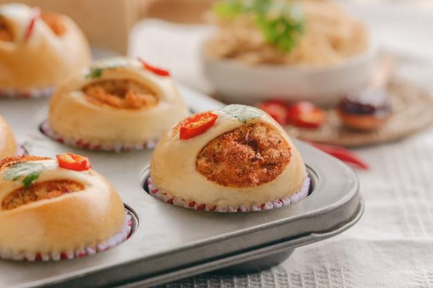 Domowa miękka i lepka bułka z suszoną rozdrobnioną wieprzowiną lub nicią wieprzową i pastą chili z krewetkami.