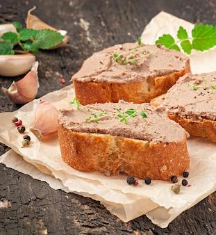Domowa mięsna przekąska pasztetowa z wątróbki drobiowej z pikantnym i oliwkami