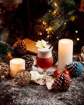 Domowa mrożona herbata z pokrojonymi owocami i fajką na wierzchu