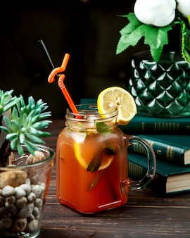 Domowa mrożona herbata z ziołami i cytryną na wierzchu