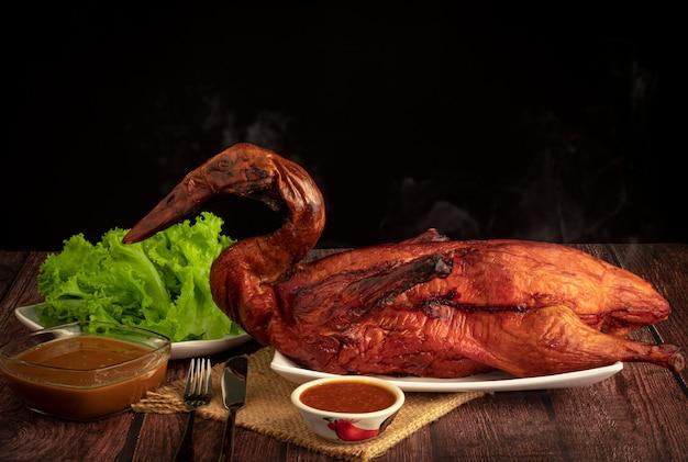 Domowa pieczona kaczka po pekińsku i warzywa na rustykalnym drewnianym stole
