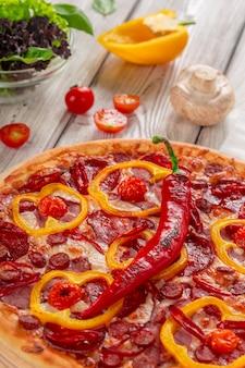Domowa pizza serowa z salami
