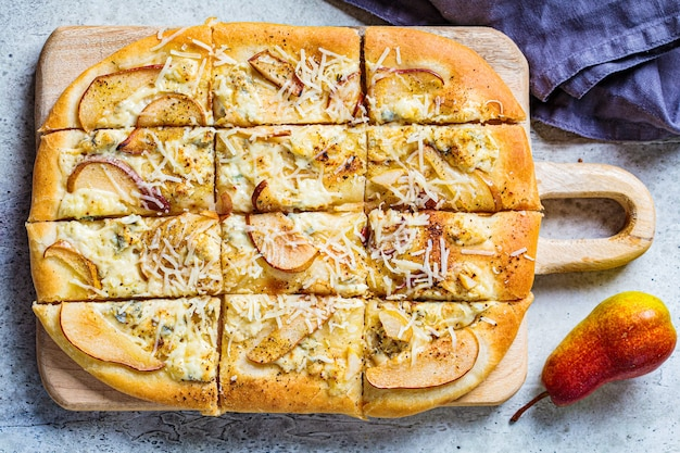 Domowa pizza z gruszką i gorgonzolą, szare tło