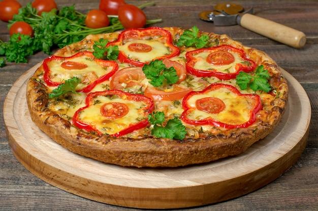 Domowa pizza z kurczakiem i papryką pomidorkami koktajlowymi pietruszką i nożem do pizzy