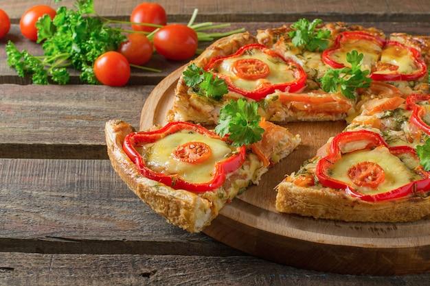 Domowa pizza z kurczakiem i papryką z pietruszką z pomidorkami koktajlowymi