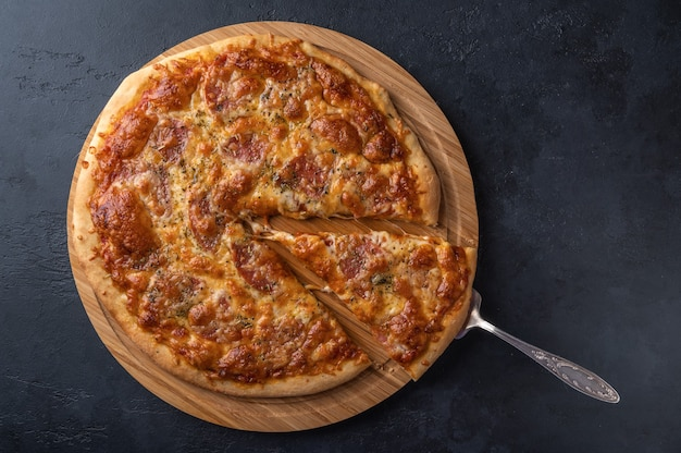 Domowa pizza z mozzarellą, salami i przyprawami.