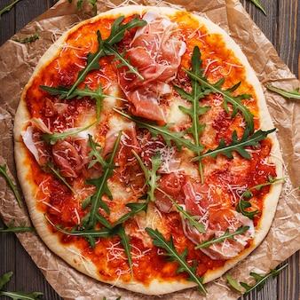 Domowa pizza z prosciutto i rukolą