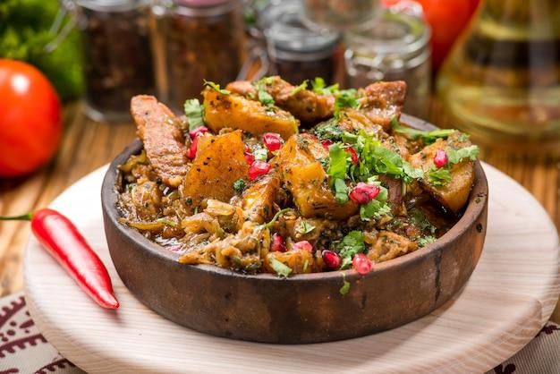 Domowa powolna garnek pieczony z marchewką i ziemniakami