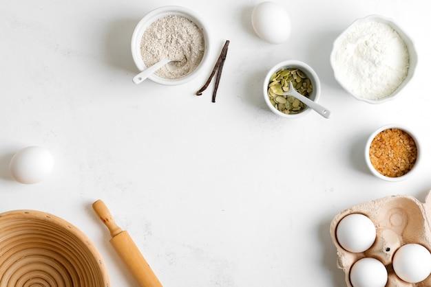Domowa produkcja świeżego zdrowego pieczywa z innego ciasta z naturalnych składników