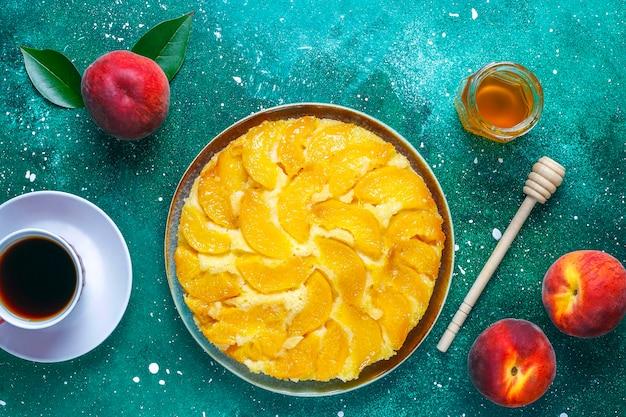 Domowa pyszna francuska tarta deserowa z brzoskwiniami.