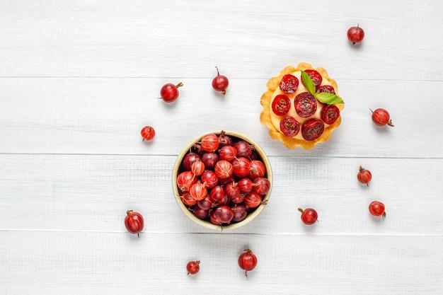 Domowa pyszna letnia tarta jagodowa i świeże jagody