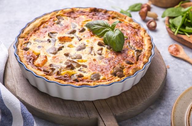 Domowa quiche lorraine z kurczakiem, pieczarkami, serem. . gotowanie. przyprawy, masło. tarta.