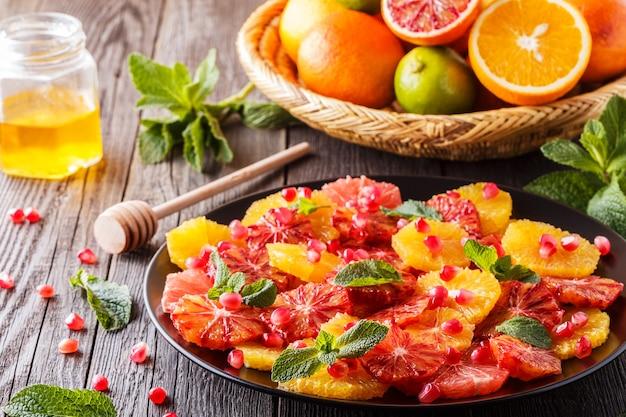 Domowa sałatka z cytrusów z grejpfrutem i pomarańczami