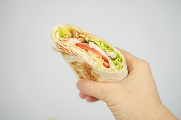 Domowa shawarma / burrito / pita / roladka z kurczaka z warzywami i sosem.