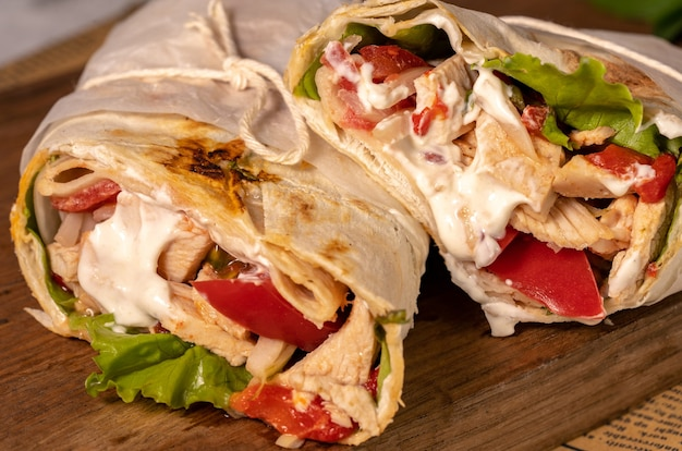 Domowa shawarma lub burrito lub bułka z kurczaka z warzywami i sosem