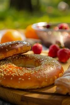 Domowa słodka piekarnia bezglutenowa smaczne bajgle z sezamem z bliska deserowe fast foody