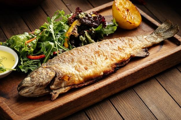 Domowa smażona ryba pstrągowa z sosem i surówką