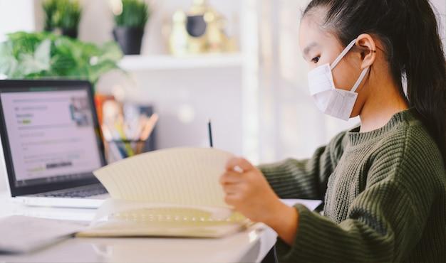 Domowa szkoła na kwarantannie. edukacja domowa w celu uniknięcia choroby wirusowej, koncepcja edukacji online