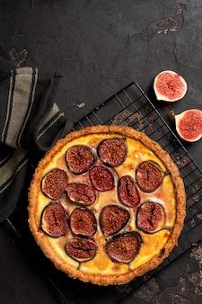 Domowa tarta quiche z figami, twarogiem i miodem na ciemnobrązowym tle. zabytkowy styl. widok z góry