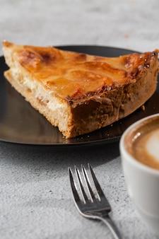 Domowa tarta z pieczoną szarlotką z jabłkami pokrojonymi w ozdobny okrągły kształt na wierzchu łuszczącej się skórki maślanej na marmurowym tle. styl rustykalny. skopiuj miejsce pionowy. menu dla kawiarni