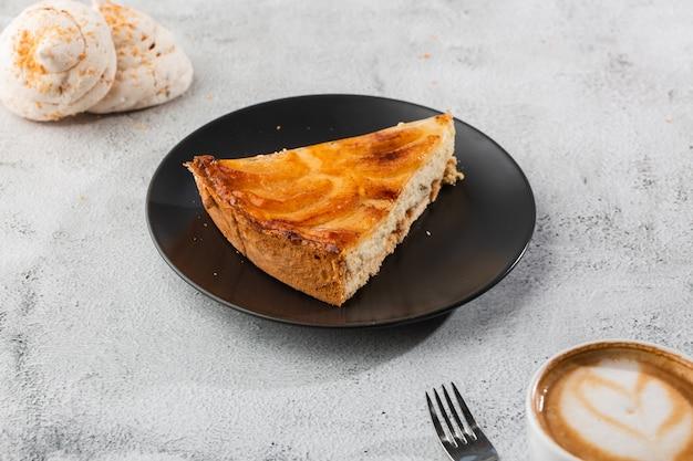 Domowa tarta z pieczoną szarlotką z jabłkami pokrojonymi w ozdobny okrągły kształt na wierzchu łuszczącej się skórki maślanej na marmurowym tle. styl rustykalny. skopiuj miejsce poziomy. menu dla kawiarni