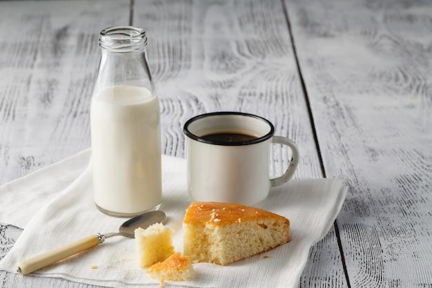 Domowa wieczorna kawa. ciasto z manną i czarna kawa.