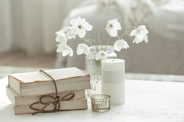 Domowa wiosna martwa natura z kwiatami w wazonie i elementami dekoracyjnymi.