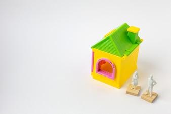 Domowa zabawka na białym tle z bliska.
