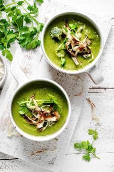 Domowa zupa brokułowa z chrzanem i chipsami z pietruszki