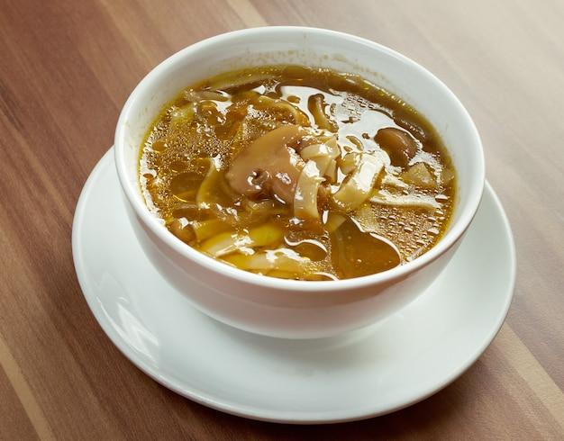 Domowa zupa grzybowa. ścieśniać