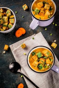 Domowa zupa krem z marchwi z krakersami chlebowymi