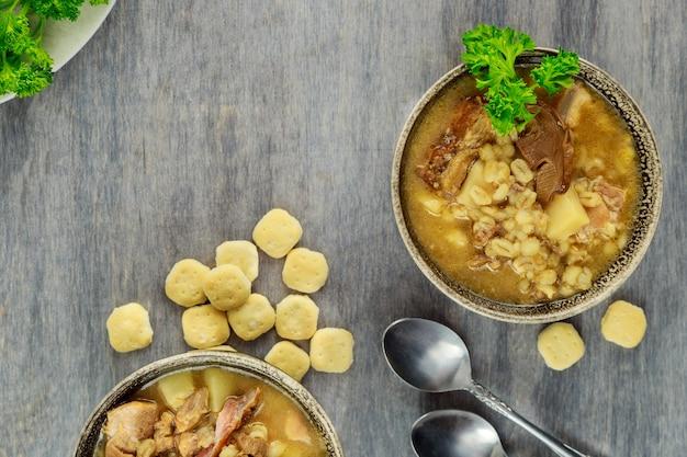 Domowa zupa z grzybami i kaszą jęczmienną. kuchnia rosyjska.