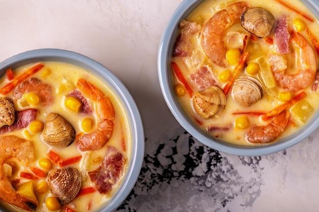 Domowa zupa z małży z krewetkami.