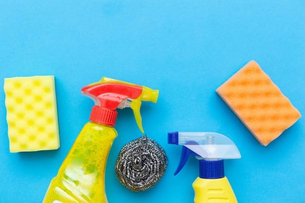 Domowe akcesoria chemiczne do czyszczenia.