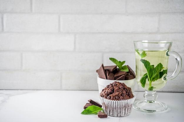 Domowe babeczki miętowe i czekoladowe z herbatą miętową