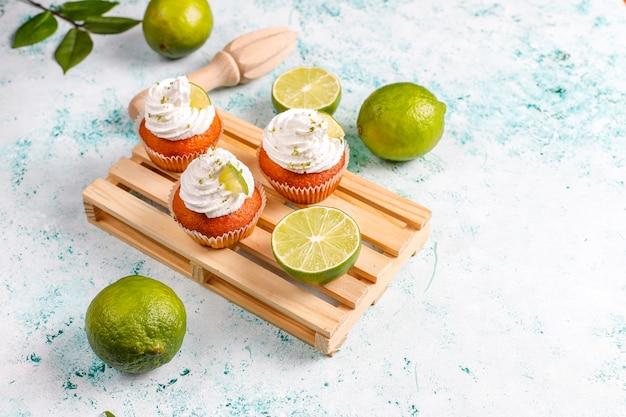 Domowe babeczki z limonki z bitą śmietaną i skórką z limonki