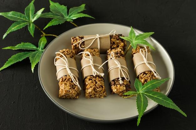 Domowe batony proteinowe czekoladowe z nasionami konopi i daktylami. zdrowe wegańskie jedzenie.