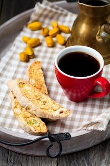 Domowe biscotti z orzechami i filiżanką kawy