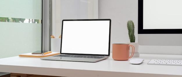 Domowe biuro z komputerem i filiżanką kawy