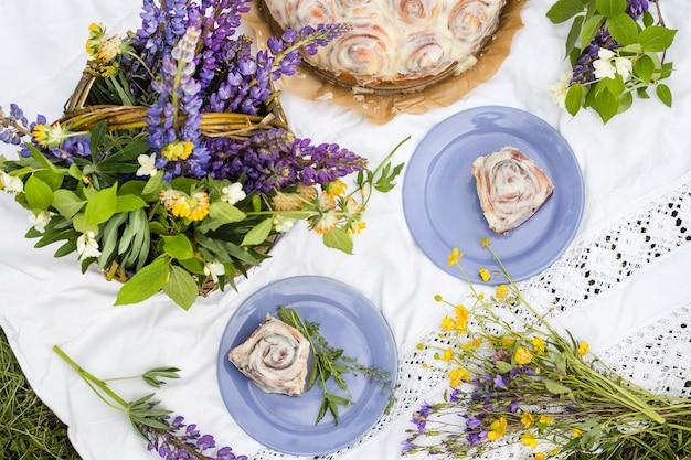 Domowe bułeczki cinnabon w kremowym lukrze na letnim pikniku