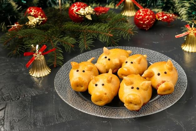 Domowe bułeczki świnie na talerzu na ciemnym tle
