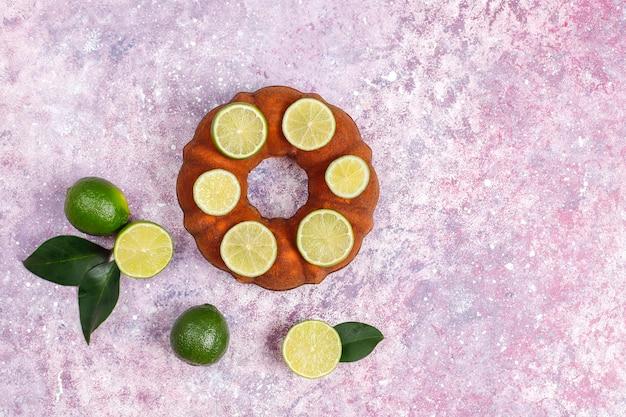 Domowe bułki z owocami cytrusowymi.