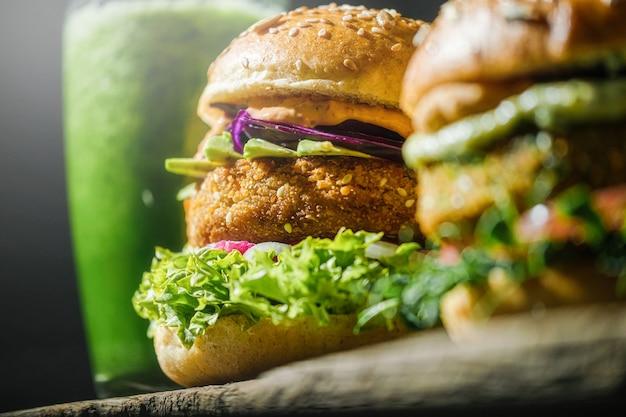 Domowe burgery wegańskie z bezglutenową bułką i warzywnym kotletem i warzywnym smoothie