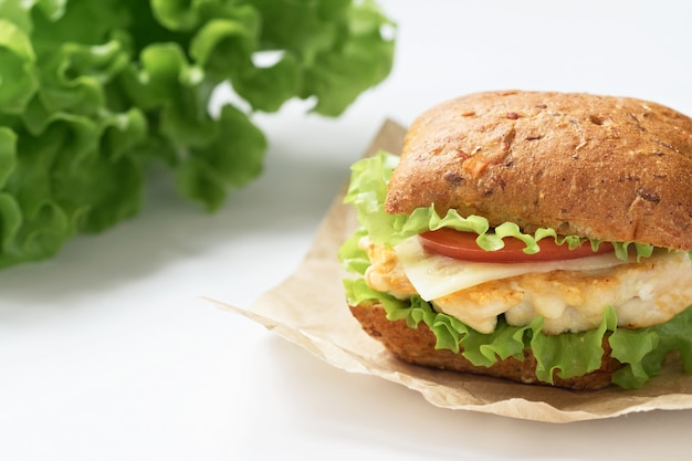 Domowe burgery z kurczakiem, pomidorem, sałatą. koncepcja zdrowej żywności.