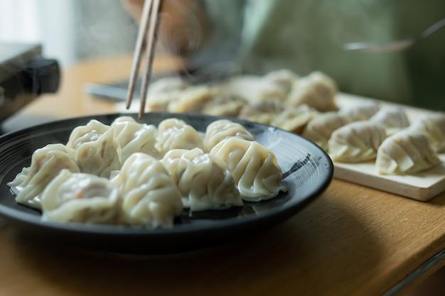 Domowe chińskie pierogi na talerzu