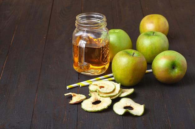 Domowe chipsy jabłkowe na stole. suszone owoce. zdrowa przekąska