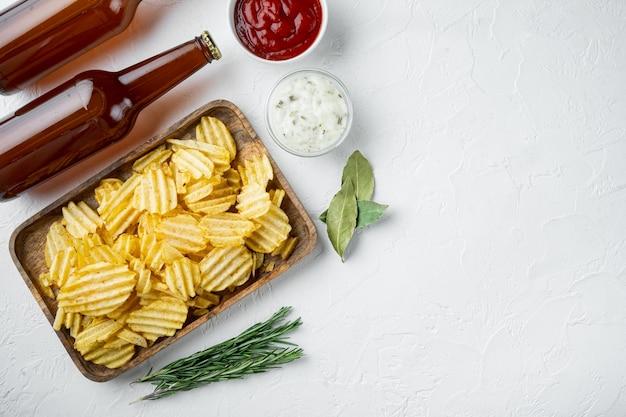 Domowe chipsy ziemniaczane z sosem pomidorowym i kwaśną śmietaną
