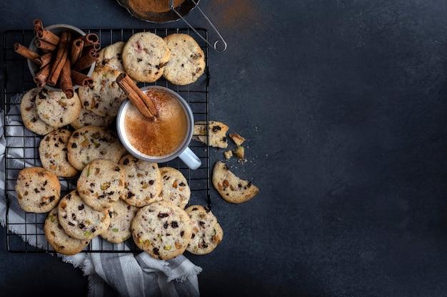 Domowe chrupiące ciasteczka z pistacjami, wiśnią i masłem