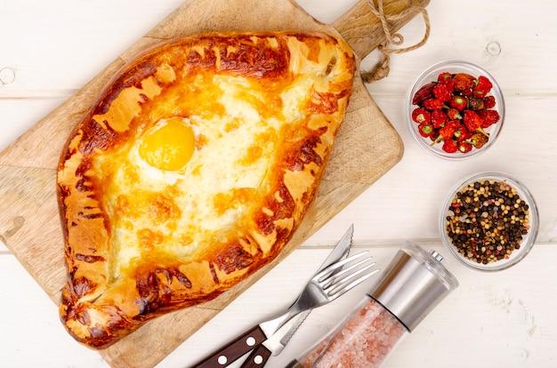 Domowe ciasta chaczapuri z serem i jajkiem